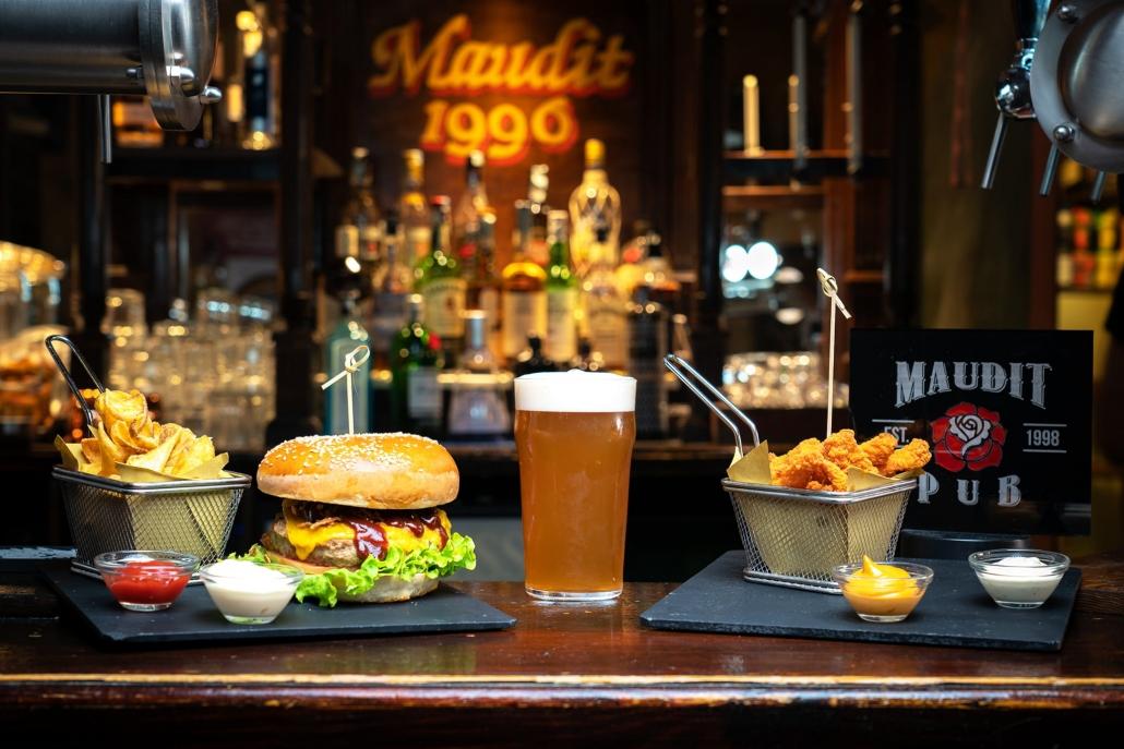 maudit_bar_table